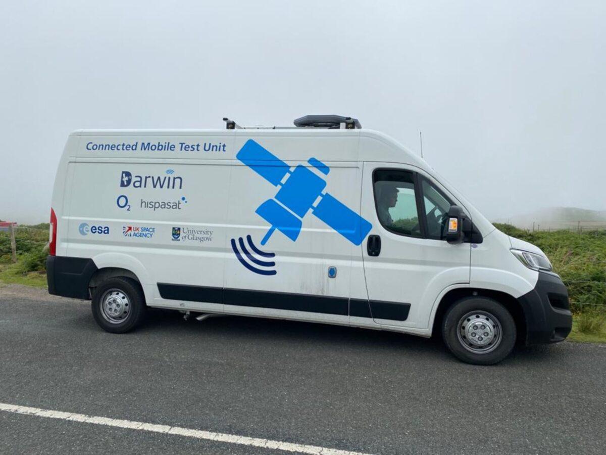 samochód dostawczy płynnie przełączający się między 5G asatelitami / Źródło: ESA