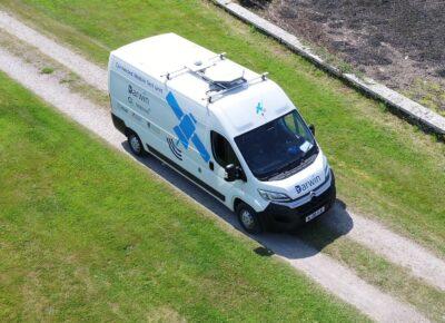samochód dostawczy płynnie przełączający się między 5G a satelitami / Źródło: ESA